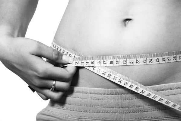 Ventre de femme qui mesure son tour de taille