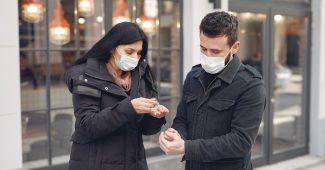 Deux personnes qui se lavent les mains avec du gel hydroalcoolique