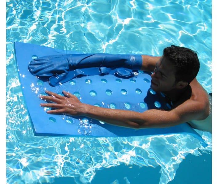 protège plâtre bras adulte dans une piscine