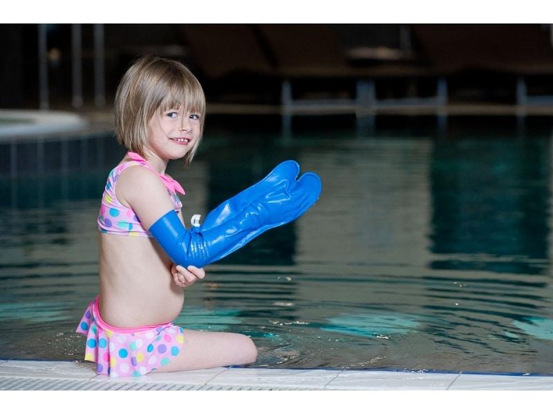 protège plâtre sur le bras d'un enfant